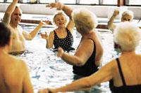 Ältere Menschen beim Wassergymnastik